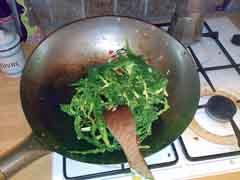 Saltear verduras en el wok